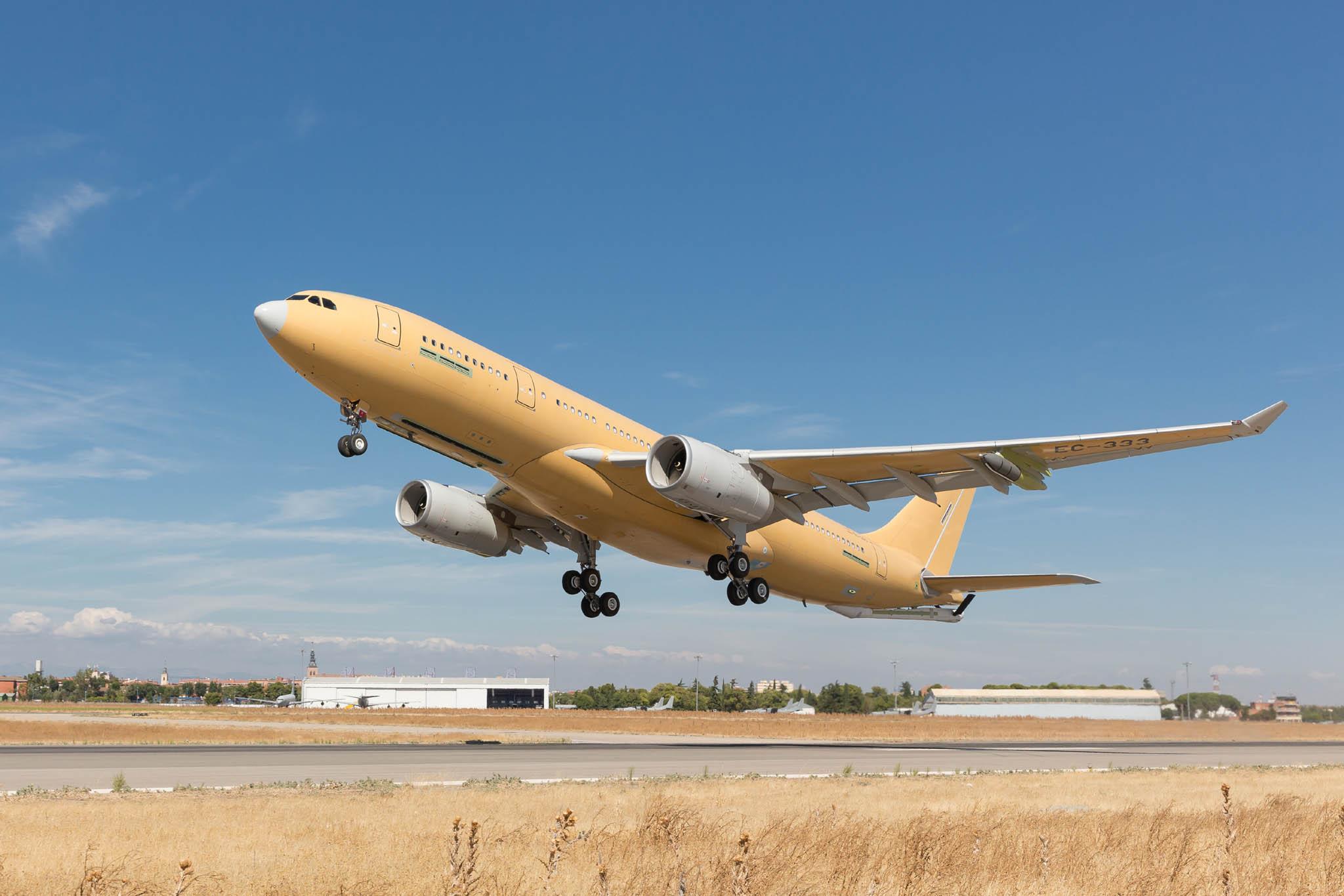"""Airbus """"yeni standart"""" A330 MRTT nakliye uçağı, deneme uçuşunu tamamladı"""